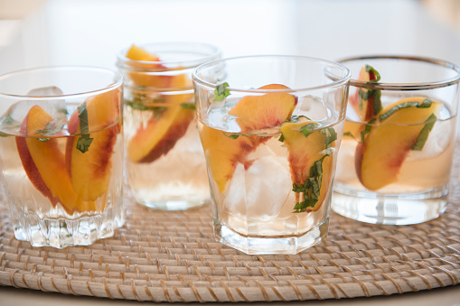 Peach「Cocktail with slices of peaches in drinking glass」:スマホ壁紙(4)