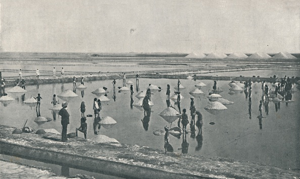 Human Interest「'Salt-Making in Rajputana', c1900, (1910)」:写真・画像(2)[壁紙.com]