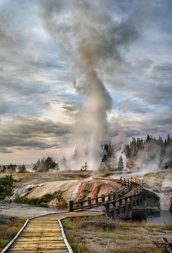 Old Faithful「Grand Geyser eruption, Old Faithful Yellowstone」:スマホ壁紙(3)
