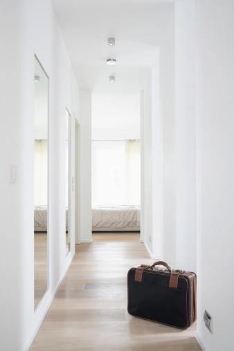 旅行「Germany, Cologne, Corridor with bed and suitcase」:スマホ壁紙(17)