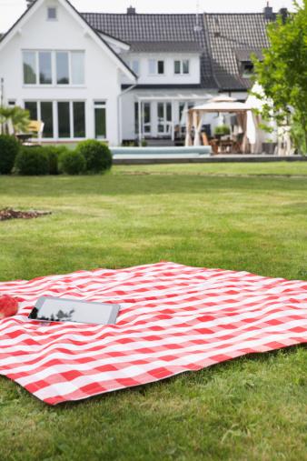 Picnic「Germany, Cologne, Tablet pc on blanket in garden」:スマホ壁紙(9)