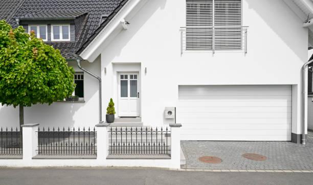 Germany, Cologne, white new built one-family house with garage:スマホ壁紙(壁紙.com)