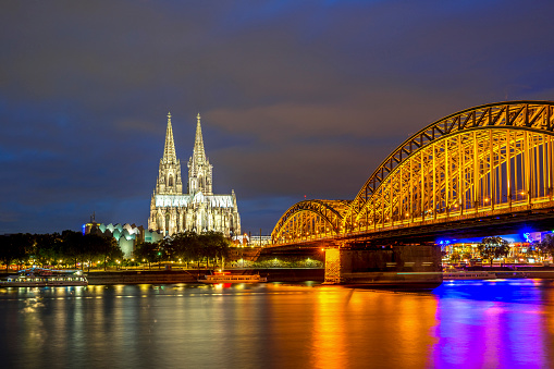 Cologne「Germany, Cologne, illuminated Cologne Cathedral and Hohenzollern bridge at night」:スマホ壁紙(14)
