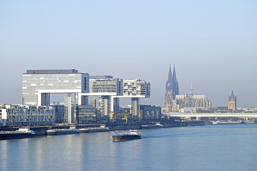 Cologne「Germany, Cologne, Crane Houses at River Rhine and Cologne Cathedral in the background」:スマホ壁紙(16)