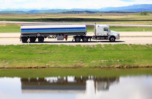 Rolling Landscape「Tanker Semi-Truck on a Freeway with Mountains」:スマホ壁紙(5)