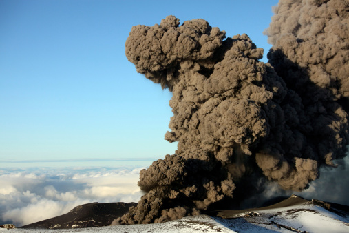 自然地理学「May 12, 2010 - Aerial view of ash cloud erupting from Eyjafjallajokull Volcano, Iceland.」:スマホ壁紙(14)