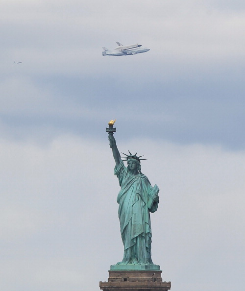Bruce Bennett「Space Shuttle Enterprise Arrives In New York Atop A 747」:写真・画像(13)[壁紙.com]