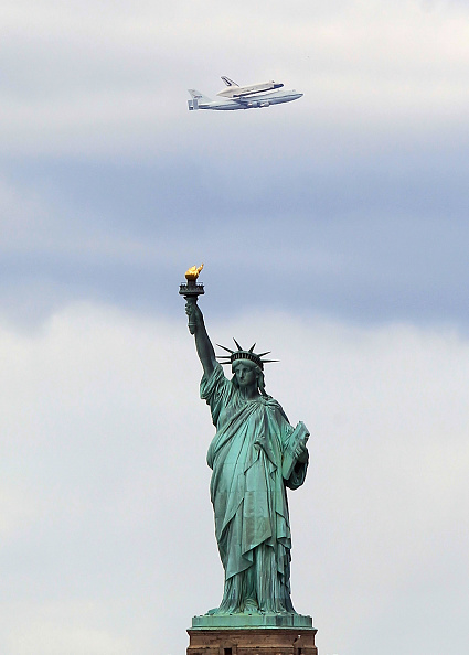 Bruce Bennett「Space Shuttle Enterprise Arrives In New York Atop A 747」:写真・画像(18)[壁紙.com]