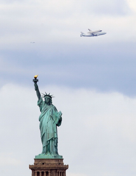 Bruce Bennett「Space Shuttle Enterprise Arrives In New York Atop A 747」:写真・画像(6)[壁紙.com]