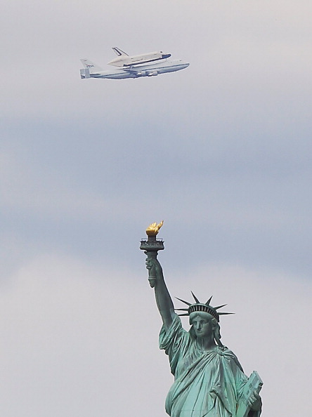 Bruce Bennett「Space Shuttle Enterprise Arrives In New York Atop A 747」:写真・画像(14)[壁紙.com]