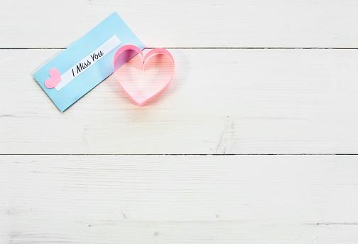 月「White plank and paper heart. Debica, Poland」:スマホ壁紙(15)