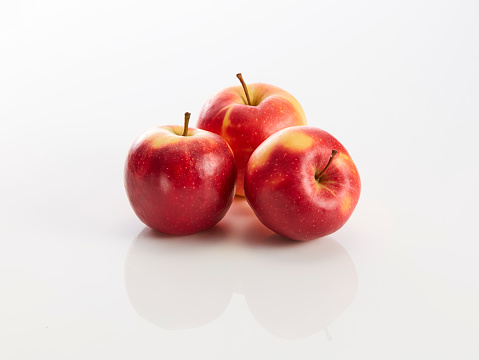 Apple - Fruit「Three red apples on white background」:スマホ壁紙(5)