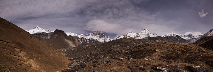 Khumbu「The trek to the Forth and Fifth Lakes near Gokyo with Cho Oyu, Mt Everest and Lhotse in the background, Everest Base Camp via Gokyo Trek, Nepal」:スマホ壁紙(4)