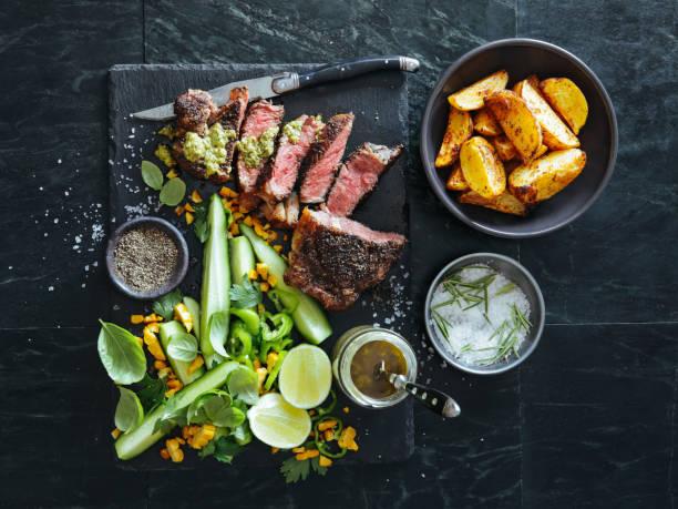 French pepper steak (Steak au Poivre) with fresh vegetables and herbs:スマホ壁紙(壁紙.com)