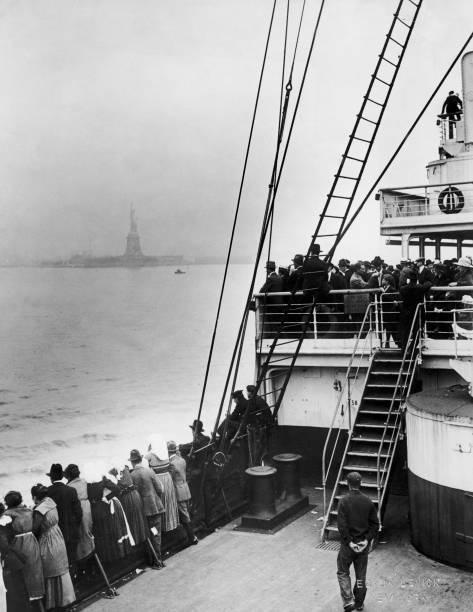 Immigrants Approaching Statue of Liberty:ニュース(壁紙.com)