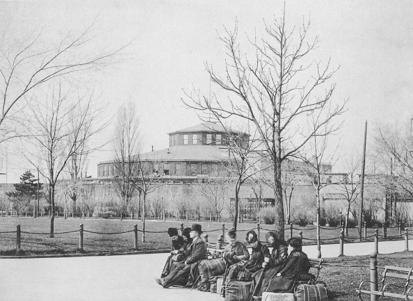 1880-1889「Immigrants On Benches At Castle Garden」:写真・画像(1)[壁紙.com]