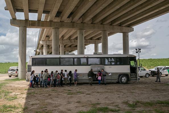 Southern USA「US Border Patrol Receives Asylum Seekers In Texas' Rio Grande Valley」:写真・画像(9)[壁紙.com]