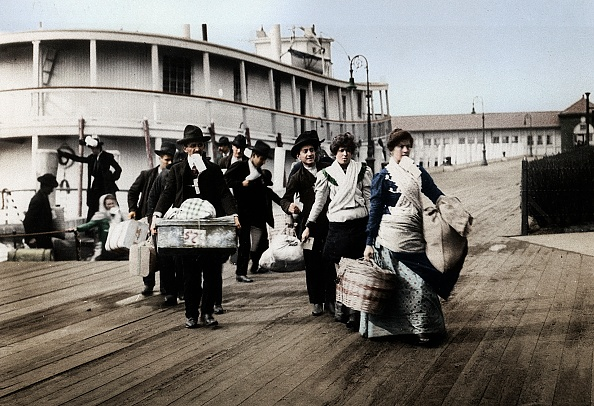 1900-1909「Immigrants To The Usa Landing At Ellis Island」:写真・画像(7)[壁紙.com]