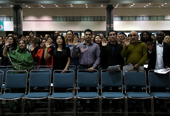 USA「Immigrants Are Sworn In As U.S. Citizens In Naturalization Ceremony At L.A. Convention Center」:写真・画像(19)[壁紙.com]