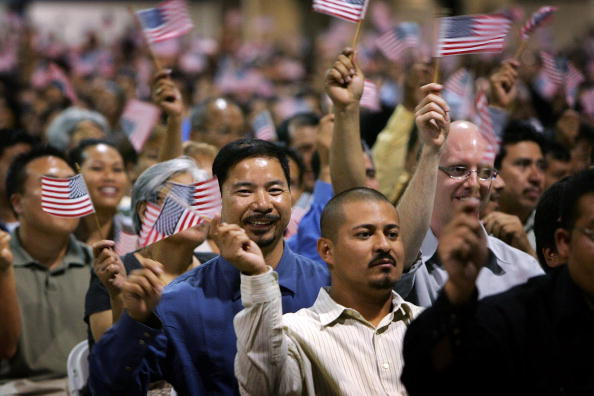 Ceremony「Thousands Become Citizens At Naturalization Ceremony」:写真・画像(19)[壁紙.com]