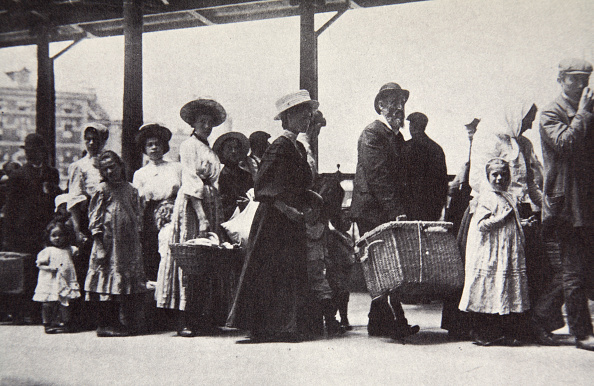 Waiting In Line「Immigrants Arriving At Ellis Island New York City USA circa 1905」:写真・画像(4)[壁紙.com]
