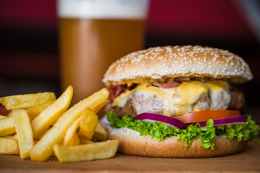 Unhealthy Eating「Burger and fries at a Pub」:スマホ壁紙(2)