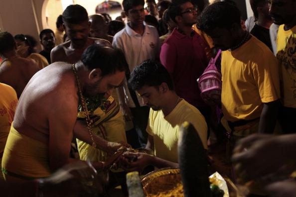 Fire Pit「Hindus Firewalk During Theemidhi Festival」:写真・画像(13)[壁紙.com]