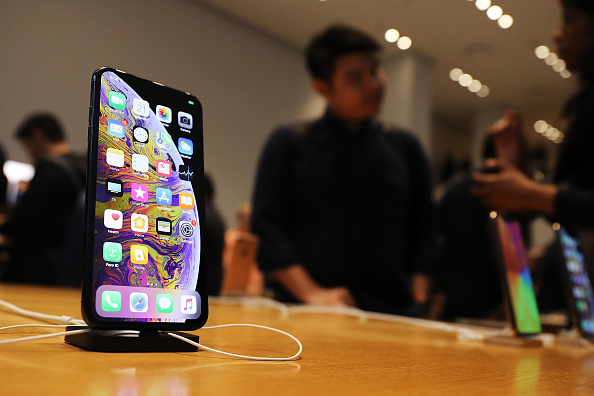iPhone「New Apple iPhone X and New Apple Watch Go On Sale In Stores」:写真・画像(13)[壁紙.com]