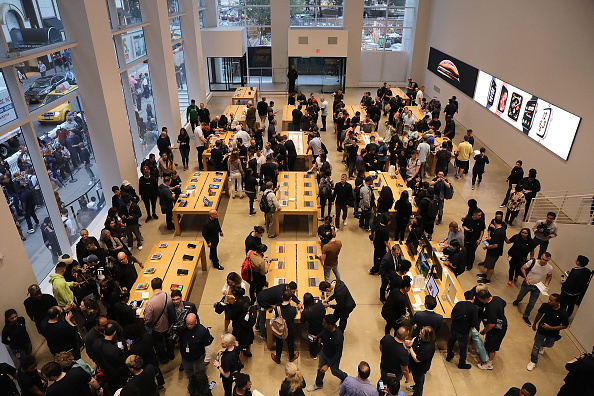 Apple Store「New Apple iPhone X and New Apple Watch Go On Sale In Stores」:写真・画像(5)[壁紙.com]