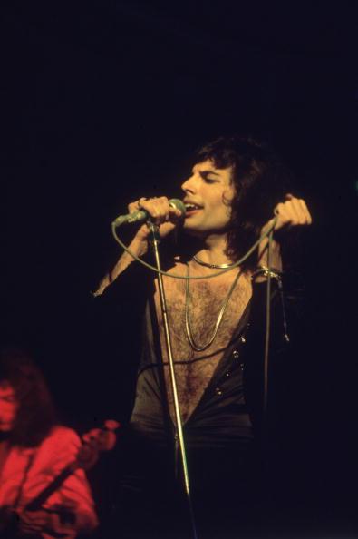 歌う「Bare-Chested Freddie」:写真・画像(4)[壁紙.com]