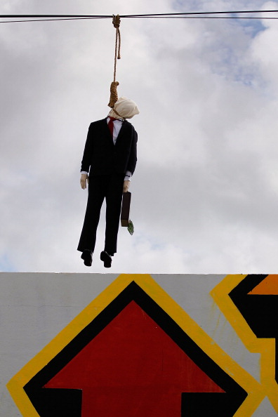 Wire Rope「Effigy Of Wall Street Banker Hangs By Freeway In Miami」:写真・画像(1)[壁紙.com]