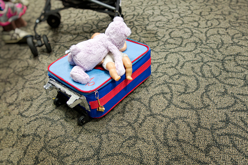 Doll「Kids' luggage at airport」:スマホ壁紙(10)