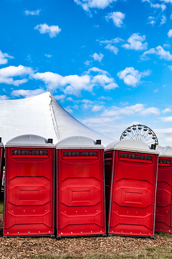 カーニバル「Portable bathrooms with Carnival in background.」:スマホ壁紙(5)