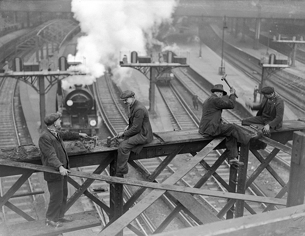 Waterloo Railway Station - London「Railway Workers」:写真・画像(16)[壁紙.com]