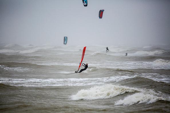 Alan Crowhurst「Kite Surfers Benefit From Storm Force Winds」:写真・画像(6)[壁紙.com]