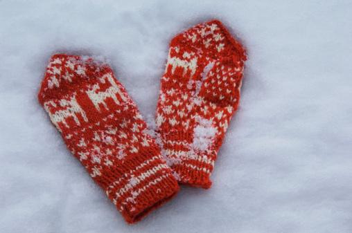 手袋「Pair of red gloves on snow」:スマホ壁紙(6)