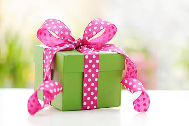 緑のギフトボックスにピンクのリボン:スマホ壁紙(壁紙.com)