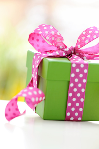 母の日「緑のギフトボックスにピンクのリボン」:スマホ壁紙(17)
