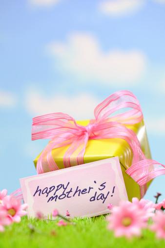 母の日「緑のギフトボックスにピンクのリボン」:スマホ壁紙(12)