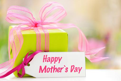 母の日「緑のギフトボックスには、母の日カード」:スマホ壁紙(7)