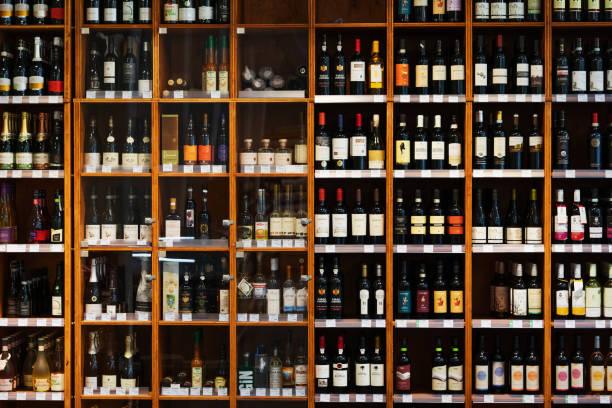 Large Cabinet With Many Bottles Of Wine At Supermarket:スマホ壁紙(壁紙.com)