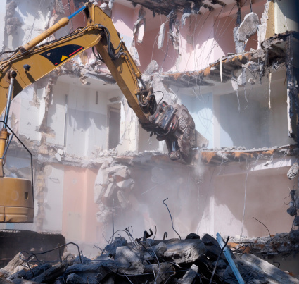 Earth Mover「Germany, Wiesbaden, View of demolishing house with hydraulic cutter crane」:スマホ壁紙(10)