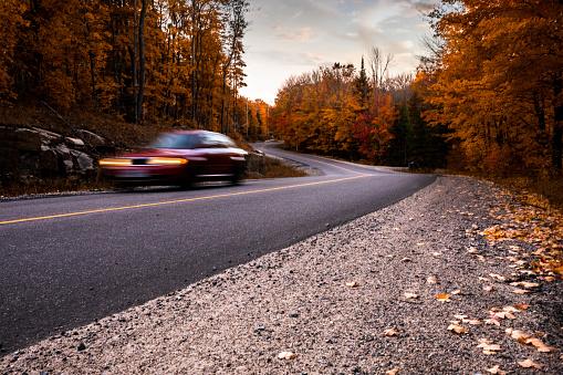 Car「秋のカナダ公園の道」:スマホ壁紙(16)