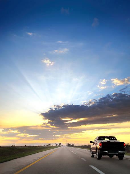 on the road over sunset:スマホ壁紙(壁紙.com)