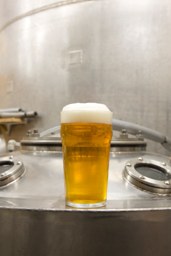 Microbrewery「A pint of beer with brewery tanks in backround」:スマホ壁紙(15)
