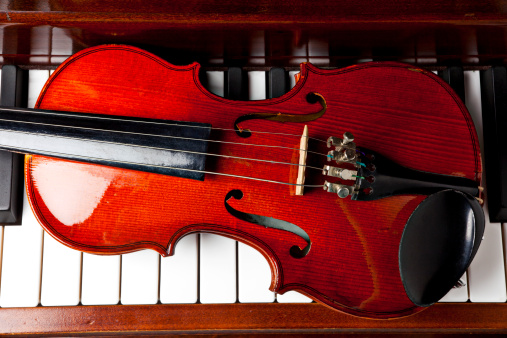 Violin「Viola on piano keys」:スマホ壁紙(10)