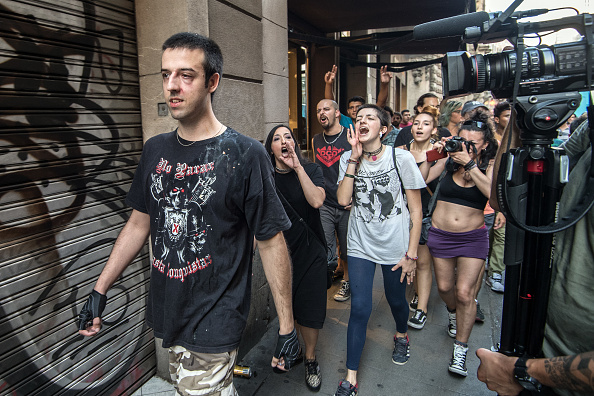 歩く「Aftermath Of The Barcelona Terror Attack」:写真・画像(6)[壁紙.com]