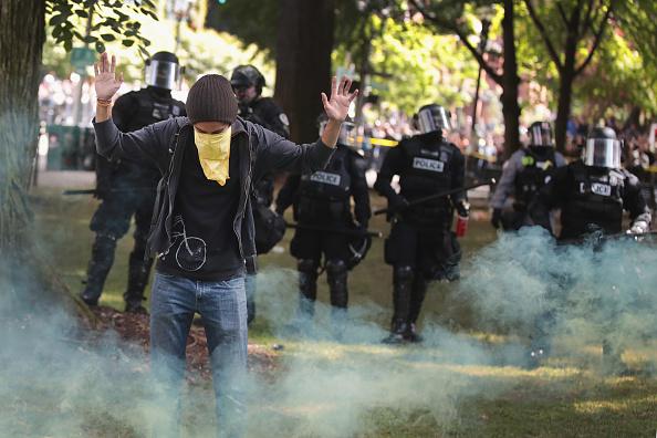 対決「Pro-Trump Activists And Counter-Protestors Hold Dueling Rallies In Portland」:写真・画像(12)[壁紙.com]