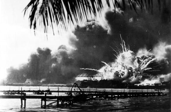 World War II「Destroyer Explodes」:写真・画像(1)[壁紙.com]
