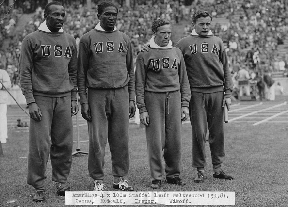 五輪代表「The American 4 X 100 Meters Team Wins The Gold Medal. From Left To Right Jessie Owens - Ralph Metcalf - Foy Draper - Frank Wykoff. Olympic Games In Berlin. 9Th August 1936.  Photograph.」:写真・画像(13)[壁紙.com]